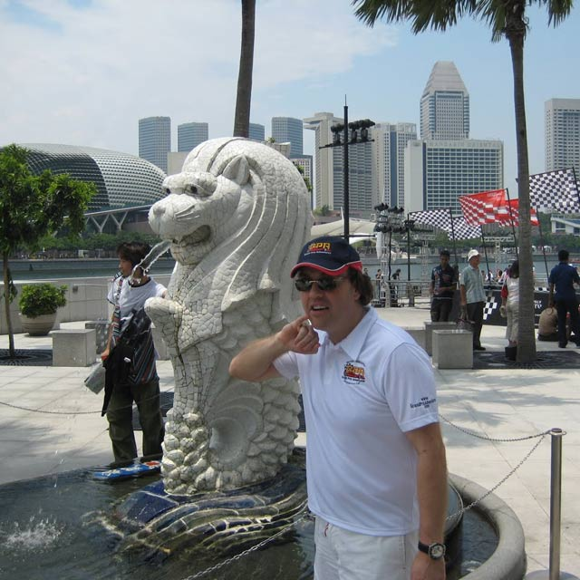 ceo kenny mcleod next to famous singapore statue